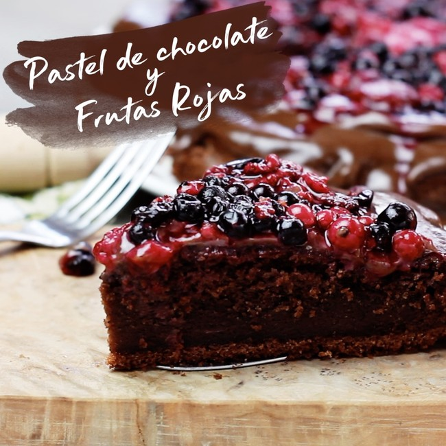 Pastel de chocolate y frutas rojas. Receta en video