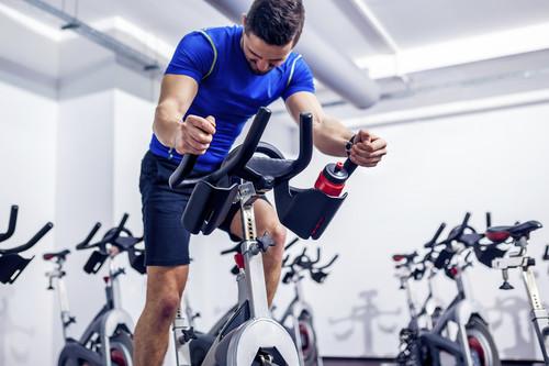 Por qué tu prima hace spinning, pero tú haces ciclo-indoor