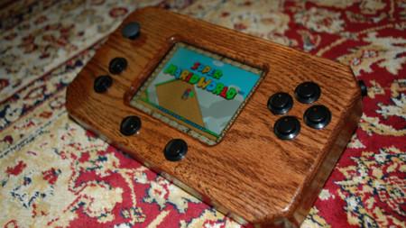 Esta espectacular consola portátil de madera utiliza Android para mover sus juegos retro