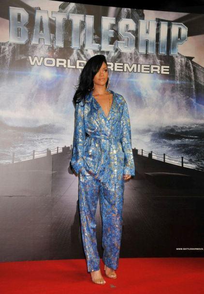 Rihanna presenta Battleship en Tokio como Pedro por su casa: en bata
