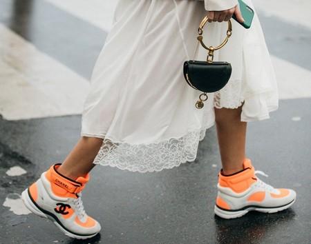 Las deportivas neón toman las calles y lo llenan todo de color: cinco sneakers con las que copiar el look