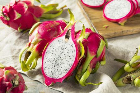 Pitahaya o fruta del dragón, la llamativa fruta exótica que ya se cultiva en España: características, propiedades y usos en la cocina