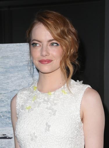 El blanco es el color del verano y Emma Stone le saca partido
