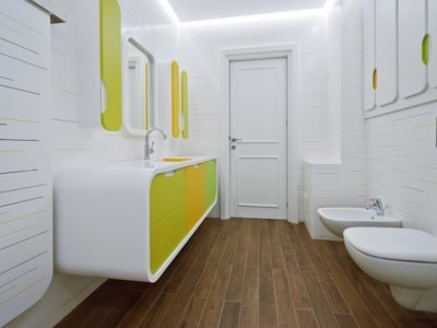 Blanco, amarillo y verde, una combinación atrevida para un baño que te va a enamorar
