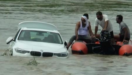 Joevn avienta su BMW al río