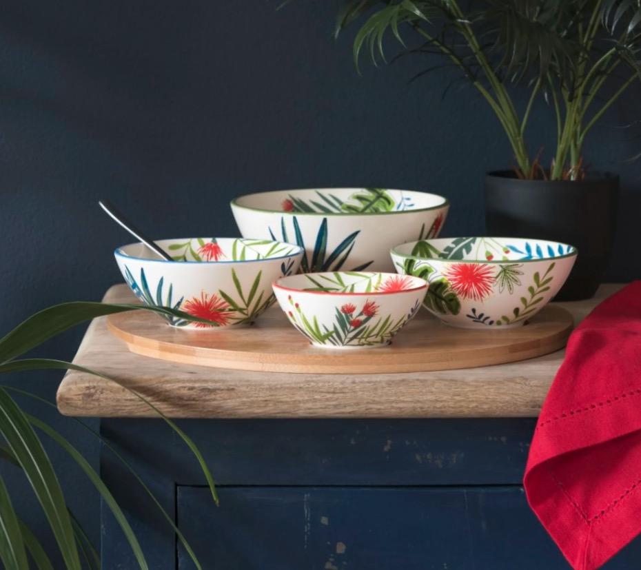 Bandeja de aperitivos de bambú con 4 cuencos de loza blanca con estampado