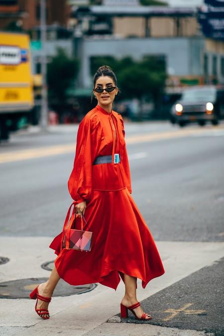 combinar vestido rojo con zapatos y bolso