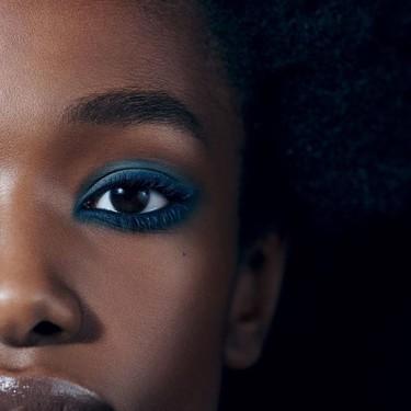 Si te apasionan los tonos azules, Chanel nos da las claves para un maquillaje diferente (que nosotras luciremos estas Navidades)
