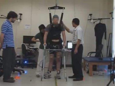 Este hombre parapléjico ha podido volver a caminar gracias a un software y unos electrodos