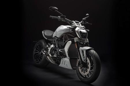Blanco inmaculado y mejor comportamiento para la Ducati XDiavel S, una cruiser siniestra a la italiana