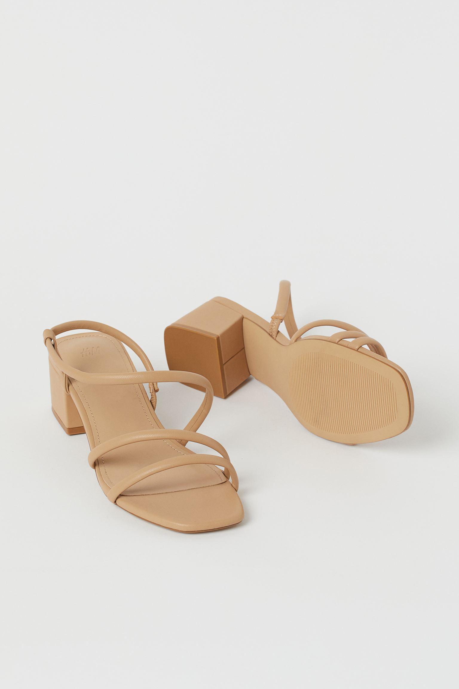 Sandalias con tiras finas, tacón cuadrado revestido y plantillas en piel sintética. Tacón 4,5 cm.