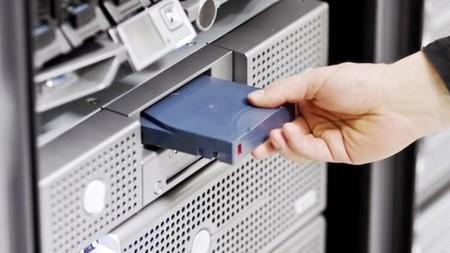 Nuevos cartuchos de 400 TB de almacenamiento: la apuesta de Fujifilm para competir contra los discos duros mecánicos