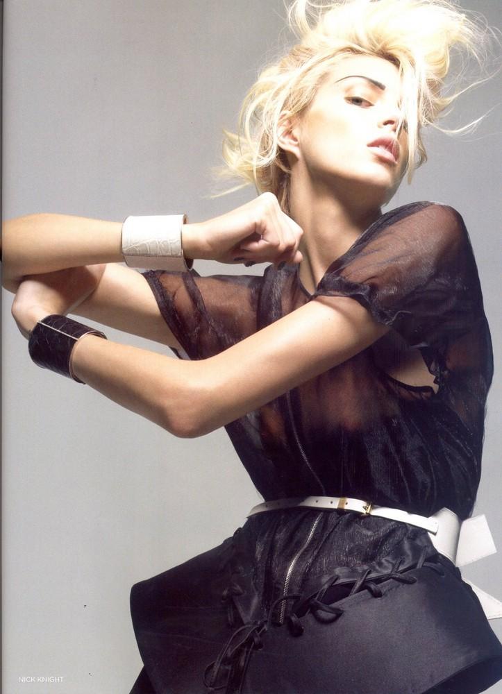 Foto de Vogue UK adelanta la tendencia blanco y negro con Anja Rubik (11/11)