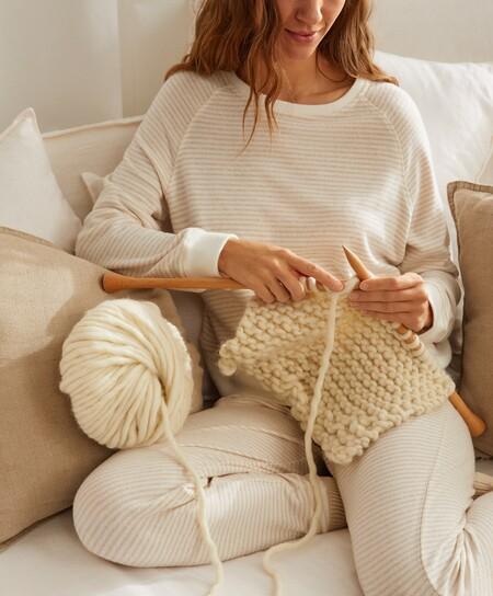 Oysho nos introduce al arte del tejer con un kit para hacer un cárdigan, unos calcetines o una manta