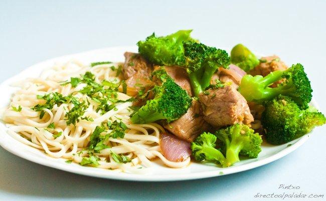 Salteado de brócoli y solomillo ibérico con noodles. Receta