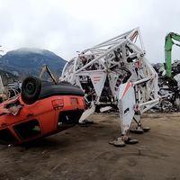 Pesa 4.000 kg, mide cuatro metros y destroza coches: así es Prosthesis, el exoesqueleto de cuatro patas más grande del mundo
