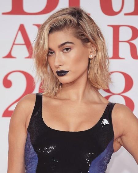 Hailey Baldwin ha venido del futuro con el look más ultrasónico para asistir a los Brit Awards 2018