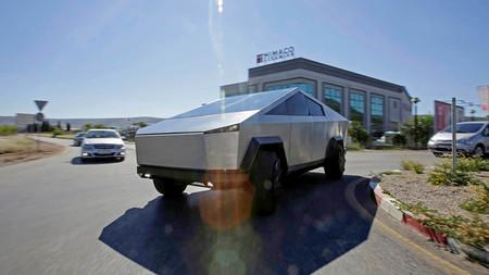 Alguien se ha cansado de esperar a la Tesla Cybertruck... así que ha fabricado una réplica sobre la Ford F-150 Raptor