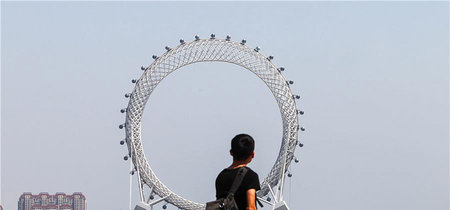 Esta es la noria sin radios más grande del planeta: una atracción china con 145 metros de altura