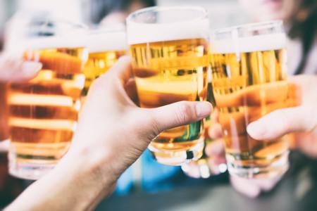 Descubren por qué beber cerveza nos hace sentir bien: la culpa es de la hordenina