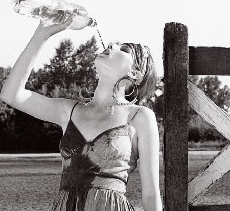 Beber agua en ayunas nos hidrata y ayuda a eliminar toxinas