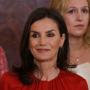 Doña Letizia rescata uno de sus looks en rojo y negro, sus colores más recurrentes