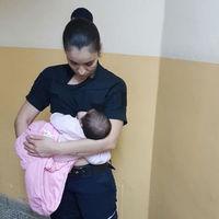 Una oficial de policía amamanta a un bebé al que su madre se negaba a atender