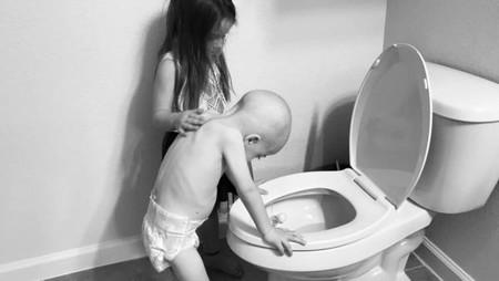 La foto viral de una niña apoyando a su hermano de cuatro años con cáncer que nos hiela la sangre