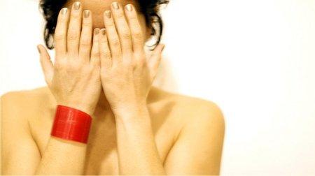 Una empresa noruega identifica a sus empleadas con la regla mediante una pulsera roja