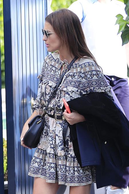 Paula Echevarría tiene el vestido corto de flores perfecto para la primavera, y encima lo combina con los botines cow-boy que querrás tener