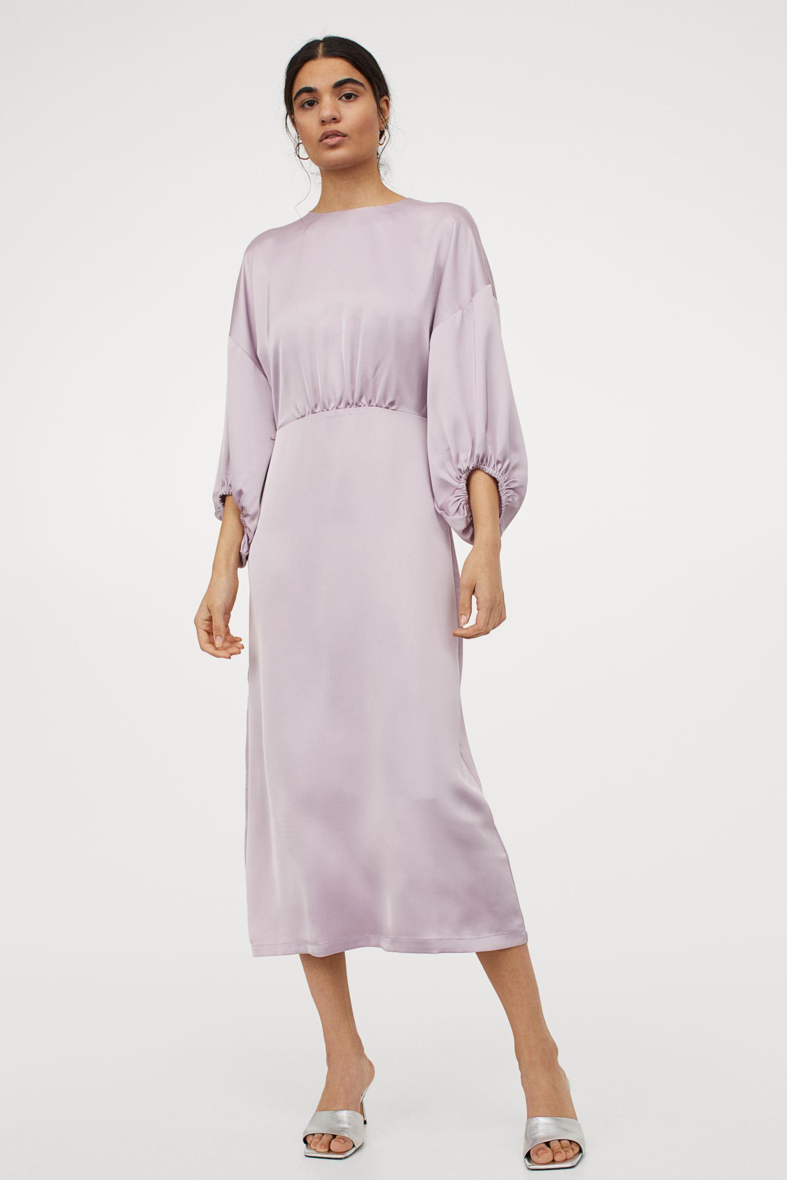 Vestido midi de satén lila con cuello redondo, hombros caídos y mangas globo tres cuartos con remate elástico fino.