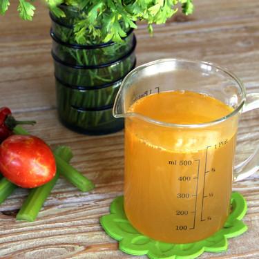 Cómo hacer un caldo de verduras vegano para tus guisos y arroces (ideal para preparar una sopa vegetariana)