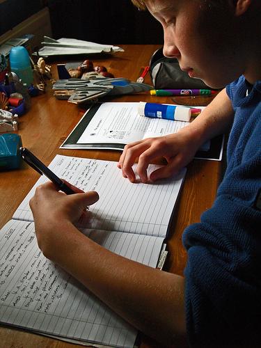 Los padres y madres no deben ayudar a hacer los deberes, pero sí ofrecerles una buena guía a los niños