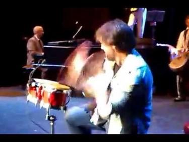 A Javier Bardem los colegas le ponen unos bongos y lo da todo