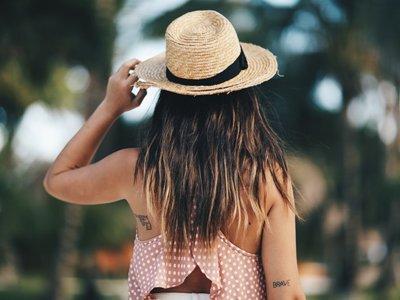Ejemplos gráficos que muestran la importancia que tiene un sombrero de paja en nuestros looks