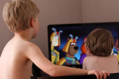 Los hijos miran televisión, tal como lo hacen los padres