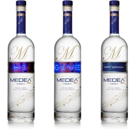 Botellas con pantalla LED y mensajes de Medea Vodka