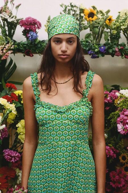 Zara celebra la llegada de la primavera con prendas a todo color donde los estampados sesenteros toman parte del control