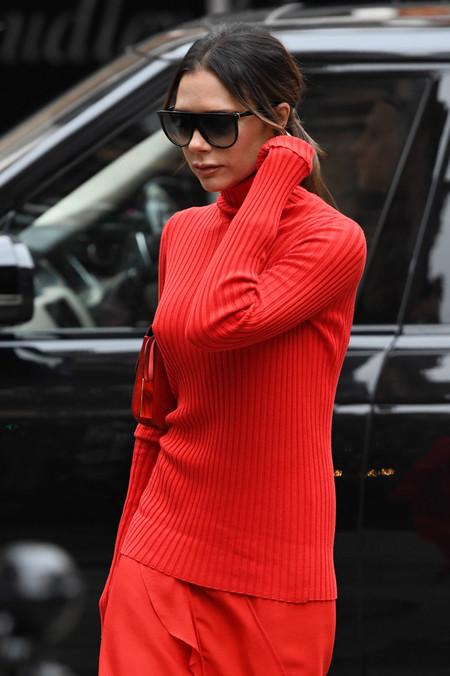 Victoria Beckham o cómo levantar pasiones con un total look rojo (y maravilloso)