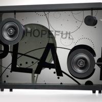 Este altavoz te muestra la letra de las canciones en su pantalla transparente como por arte de magia