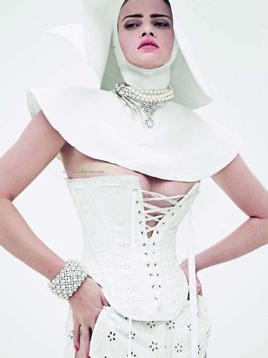 La monja más sexy de 2010 lleva diamantes y está en Vogue París