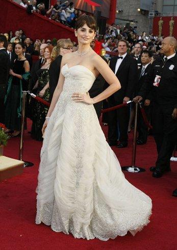 El vestido de novia de Penélope Cruz: sus mejores looks con vestidos de fiesta blancos. Pierre Balmain