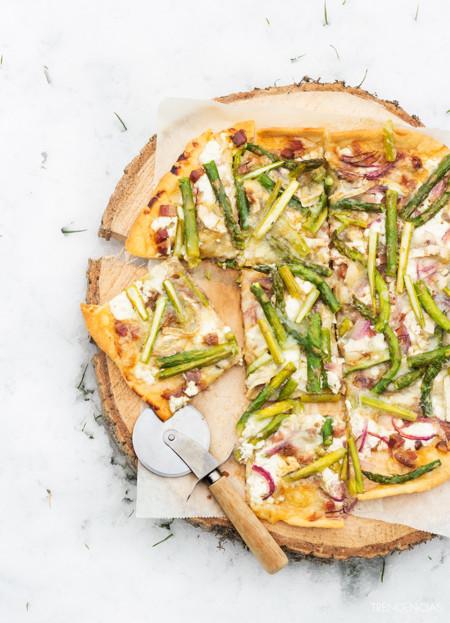 Receta de pizza rústica de tres quesos con panceta y espárragos verdes. Deliciosa cena aprés-ski
