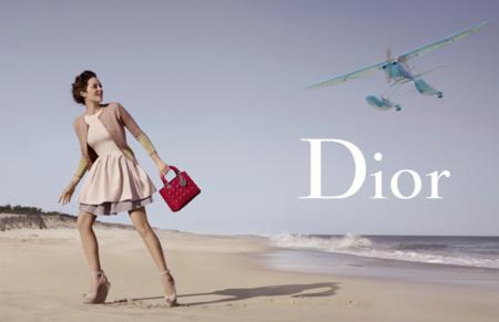 Lady Dior se va a los Hamptons con su bolso, ¡bon voyage, Marion Cotillard!