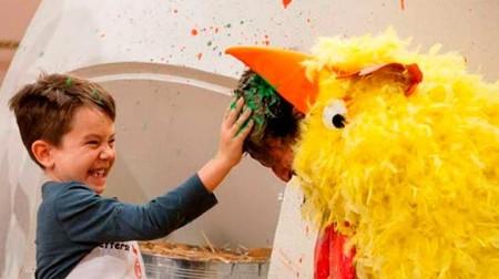 73735 Los Ninos Disfrutaron Estrellando Huevos En La Cabeza De Pepe Vestido De Gallina Foto La 1