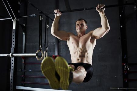¿Quieres ir más allá en tu entrenamiento? Varía tus dominadas