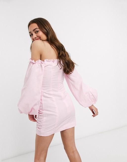 Vestido corto fruncido color blush de chifón arrugado.