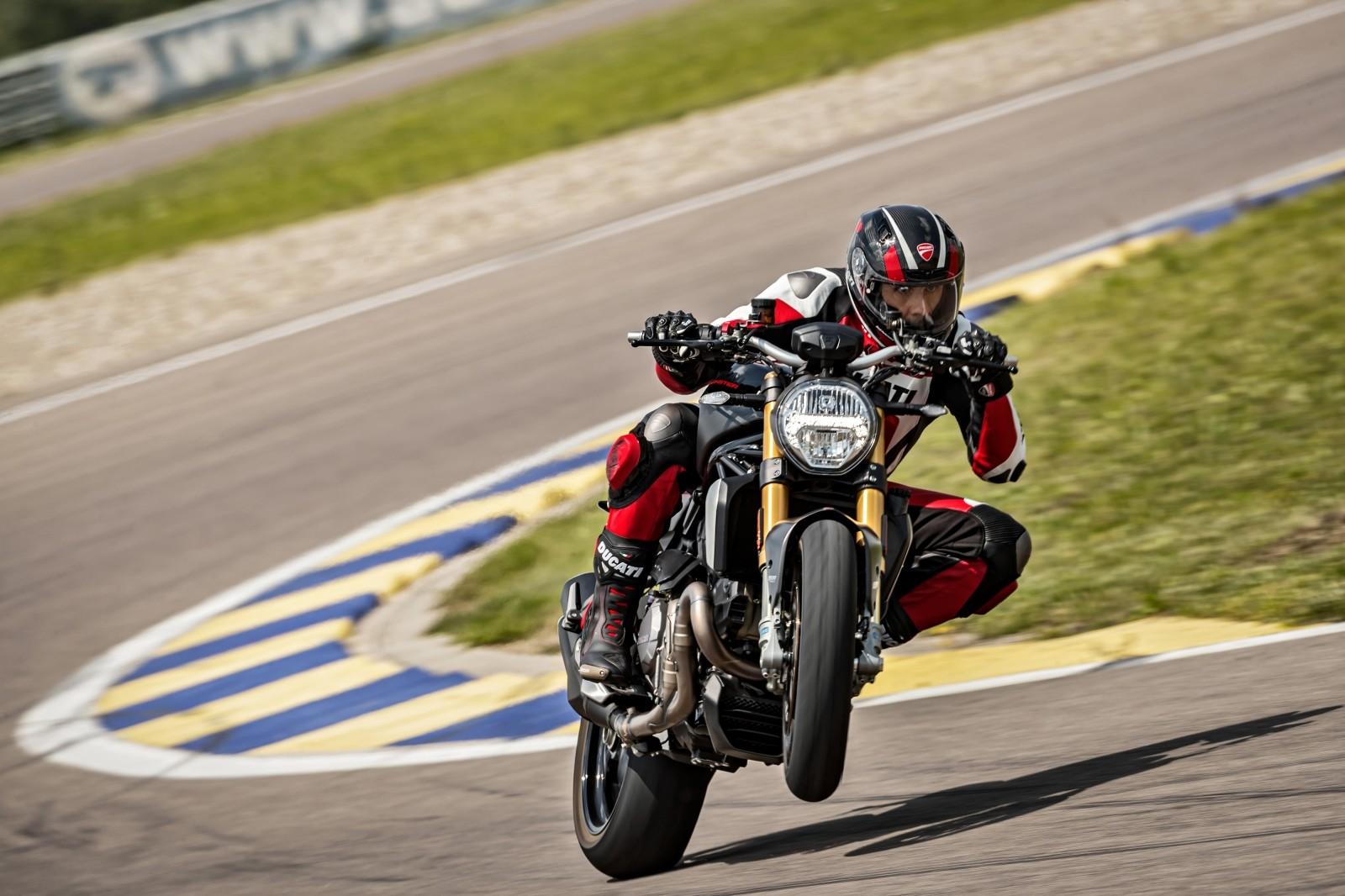 Foto de Ducati Monster 1200 S 2020 color negro (42/68)
