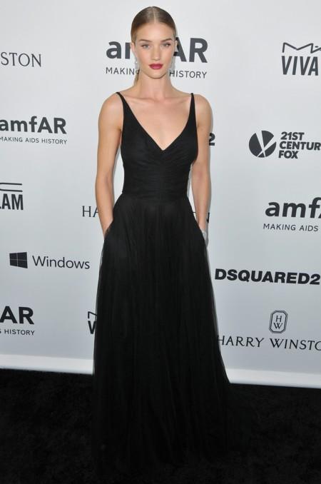 Duelo de coletas en la gala amfAR: Alessandra Ambrosio o Rosie Huntington, ¿quién la lleva mejor?