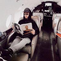 Byron Denton, el youtuber que fingió ser rico y utilizó Photoshop para convertir su salón en un jet privado